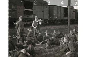 Немецкие солдаты слушают музыку, 1943 год. Снимок с e-bay.