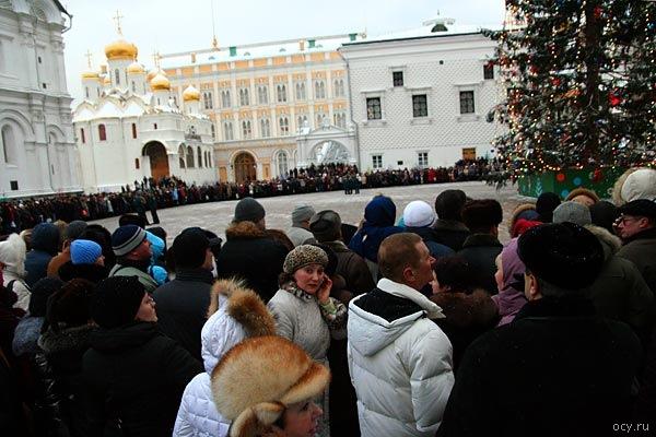 Встречает детей после кремлёвской елки какое-то бесконечное количество родителей