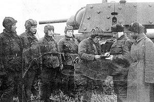 Награждение старшего лейтенанта Зиновия Колобанова