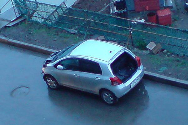 Раздетые автомобили во дворах Владивостока