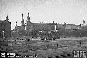 На фото изображены маскировочные раскраски Красной площади и стен Кремля, имитирующие плотную жилую застройку