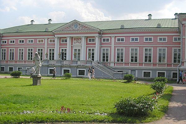 Общий вид на центральный дворец усадьбы Кусково.