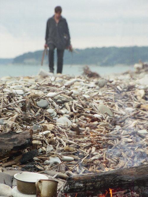 Это не бомж, это я собираю дрова, чтобы приготовить завтрак. Аше. 1997 год.