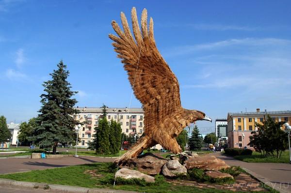Ландшафтная скульптура орла в Орле.