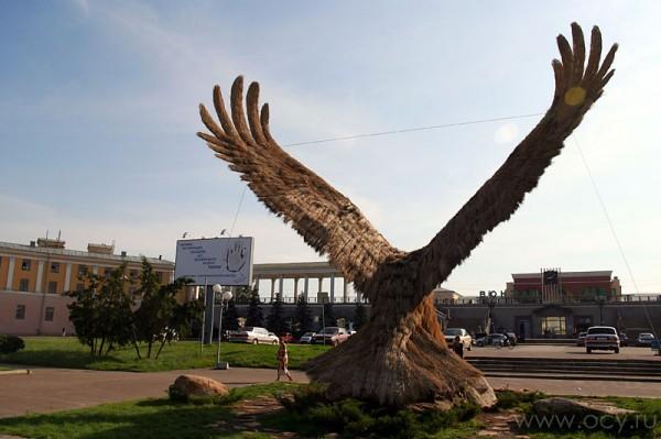 Ландшафтная скульптура орла в Орле