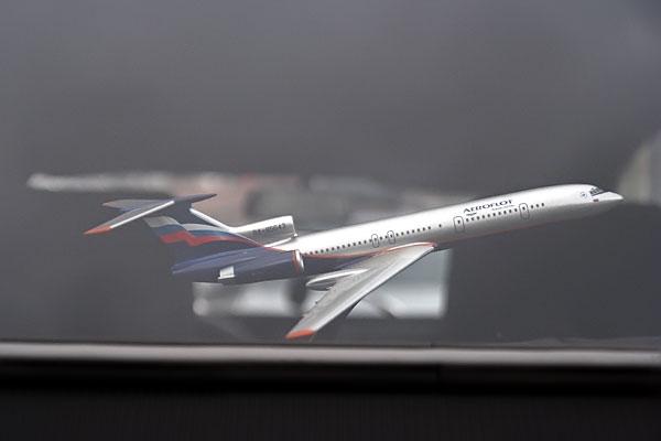 """Самолётик с надписью """"Аэрофлот"""" за стеклом автомобиля Citroen 2CV6, госномер MBW 3344"""