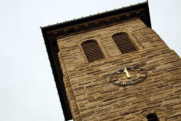 12 часов на часах церкви в Хараре