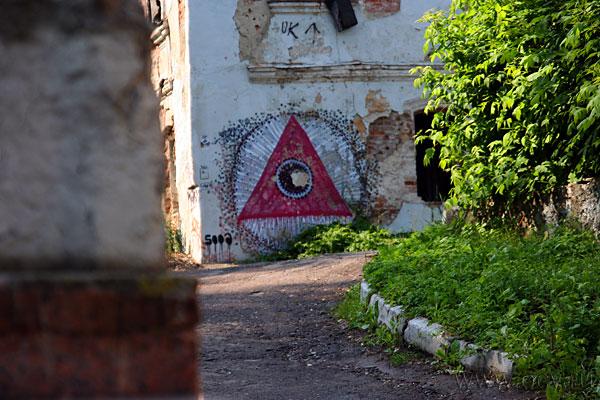Странный знак на наполовину разрушенном здании невдалеке от лестницы. Что-нибудь он да значит.