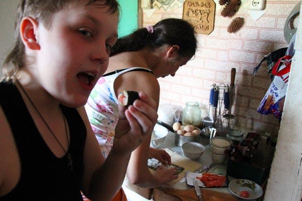 Тайная кулинария: деревенские суши в процессе приготовления