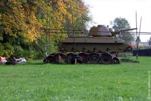 Чуть поодаль от основной стоянки идёт реставрация танка