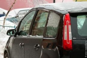 Машина после ледяного дождя в Москве 26.12.2010 г.