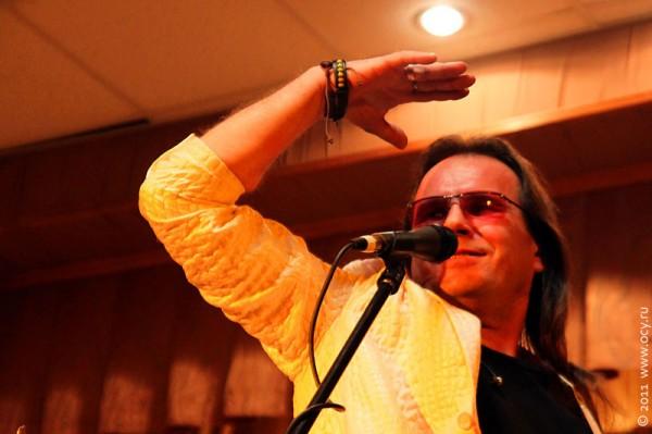 Олег Предтеченский — вокал, гитара.