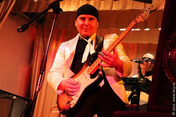 Юрий Вильнин — соло-гитара.