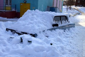 Машина в снежном плену, и кажется — вечном. 21 февраля 2011 года.