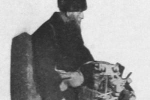 """Кустарь-игрушечник Василий Иванович Рожнов, живший в Сергиевом Посаде. """"Здоровая деревня"""", 1927 год."""