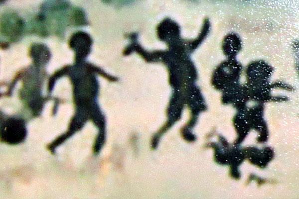 Дети рисуют войну: часть холста.