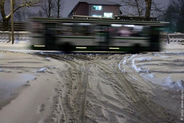 Выезд из двора на снежную дорогу 29 ноября 2012 года.