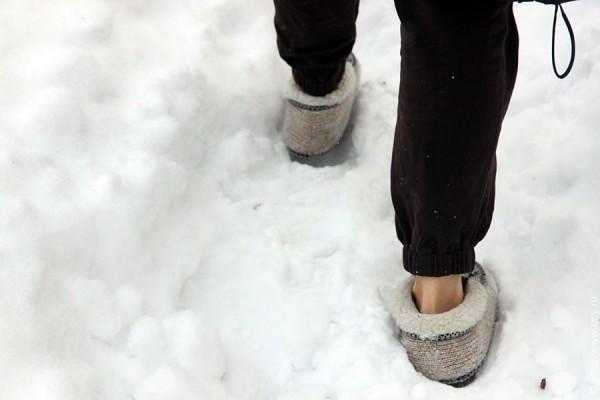 Ноги на снегу.