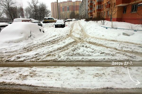 Общий вид внутренней дорожки, которую не чистят от снега.