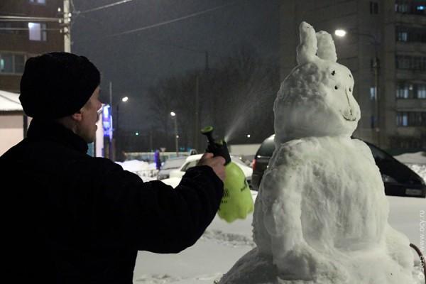 Снежного зайца подмораживают.