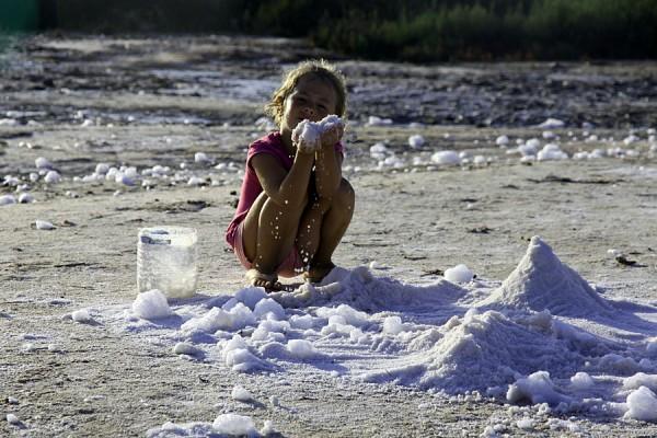 Дети играют с солью.
