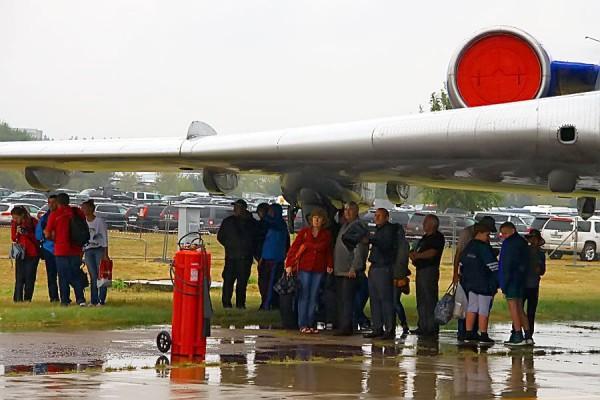 Люди под крылом самолёта. Авиасалон МАКС-2015.