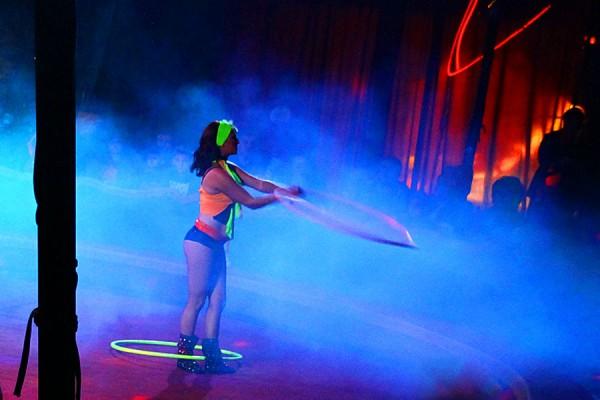 Цирк Арена. Гимнастка с обручами.
