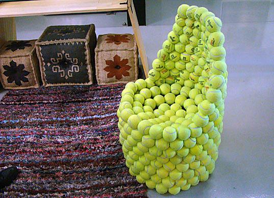 Стул теннисного фаната из теннисных мячей от Hayden