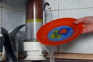 Фильтр для воды поможет добыть немного теплой воды для мытья посуды