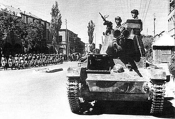 Советские Т-26 на улицах Тебриза. Иран, 17 сентября 1941 г.