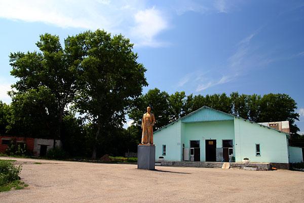 Статуя Дзержинского в Афанасьево (Липецкая обл.), общий вид
