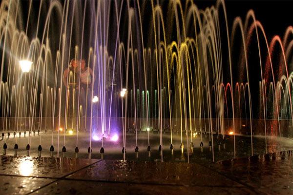 Фонтан с подсветкой в центральном сквере. Малоархангельск. 2008 год.