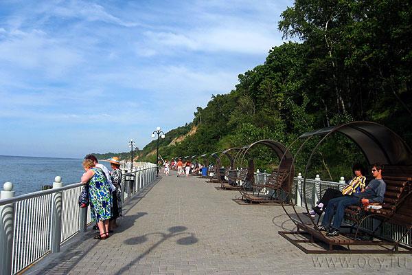 Набережная Светлогорска приспособлена к жизни не очень-то тёплого моря: если нельзя купаться, сиди себе в беседке, смотри на волны.