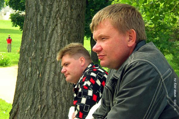 Поклонники Тютчева наблюдают за движением рыб в прудике Овстуга