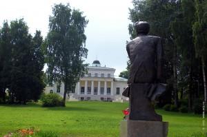 Овстуг, усадьба Тютчева. Памятник Тютчеву напротив усадьбы.