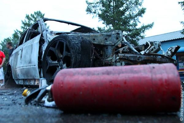 BMW X5 сгорел, 4 огнетушителя не помогли остановить огонь.
