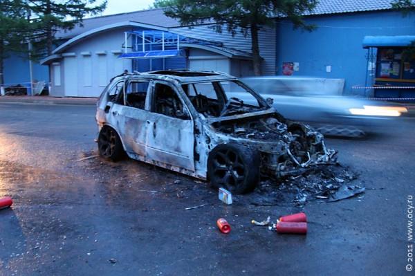 Сгоревший автомобиль успел перед концом остановиться у обочины.