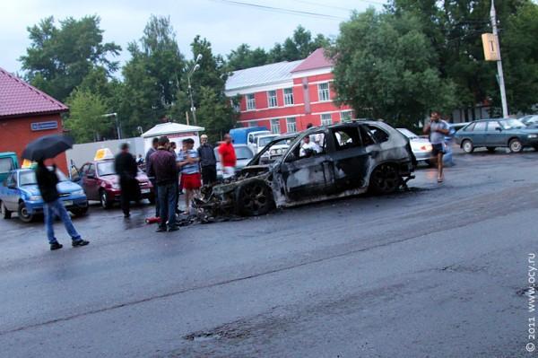 Сгоревший BMW X5 окружили сочувствующие.