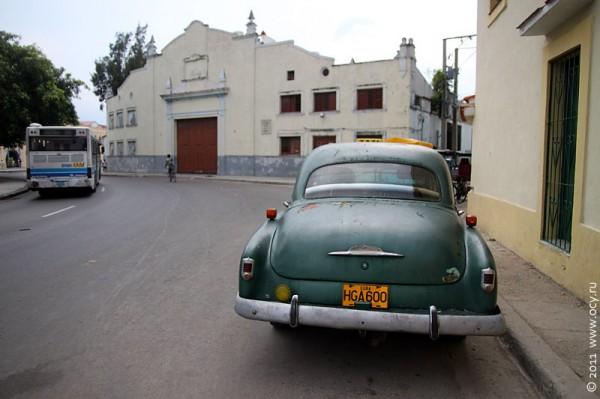Старый автомобиль на улице Гаваны.