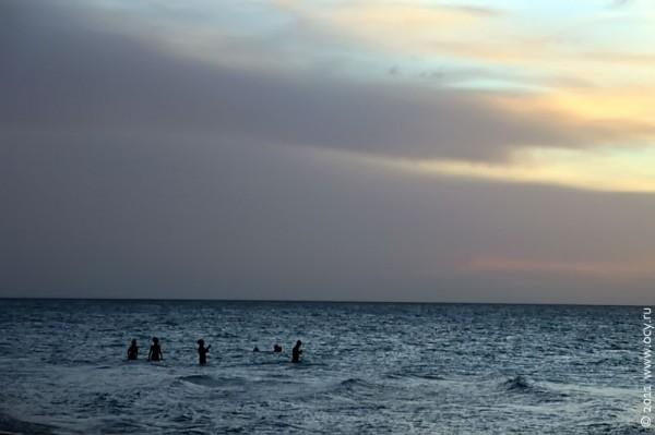 Купальщики после захода солнца.