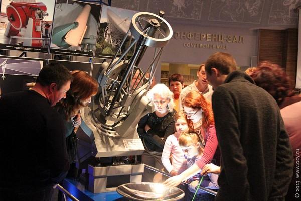Большой планетарий Москвы. Изучают устройство телескопа.