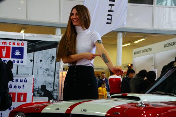 Некоторые девушки пришли со своими машинами.