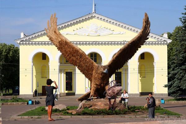 Композиция Прометей: орёл смотрит на печень.