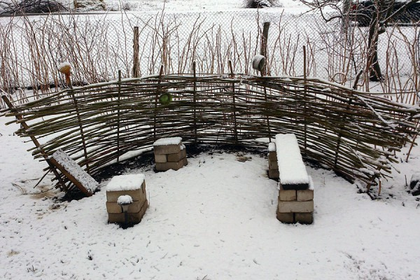 Плетень в снегу.
