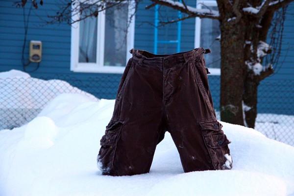 Замороженные шорты у дома.