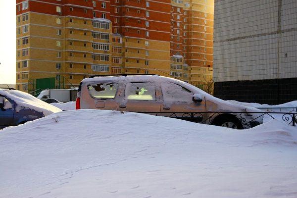 Машина в снегу.