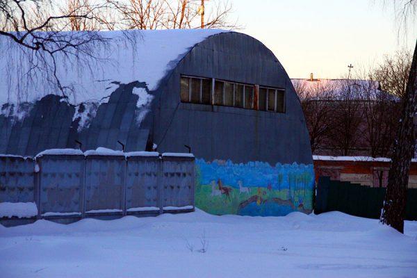 Ангар с граффити.