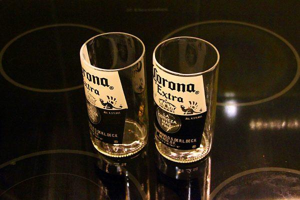 Стакан из бутылки пива Corona.
