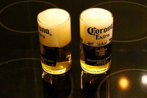 Стакан из бутылки пива Corona. С пивом.