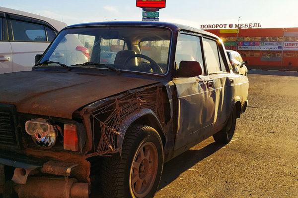 Автомобиль с перебитым крылом.